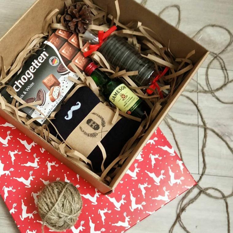 Regali di Natale per lui, scatola con calze di lana, scatola con cioccolato, carta natalizia e spago