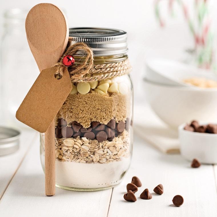 Cosa regalare alla mamma per Natale, barattolo di vetro, barattolo con ingredienti per biscotti, mestolo di legno