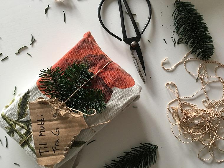 Bigliettino di Natale fai da te, regalo incartato, idee regalo fidanzato, forbici e spago