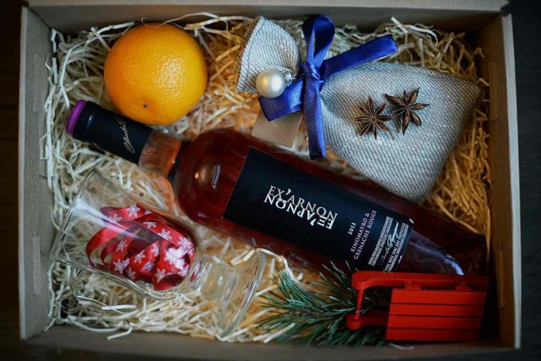 Bottiglia di vino e regalino, scatola regalo, idee regalo fidanzato, sacchettino con nastro blu