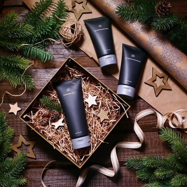 Tubi con creme uomo, rametti verdi e spago, scatola regalo, regali di Natale per lui