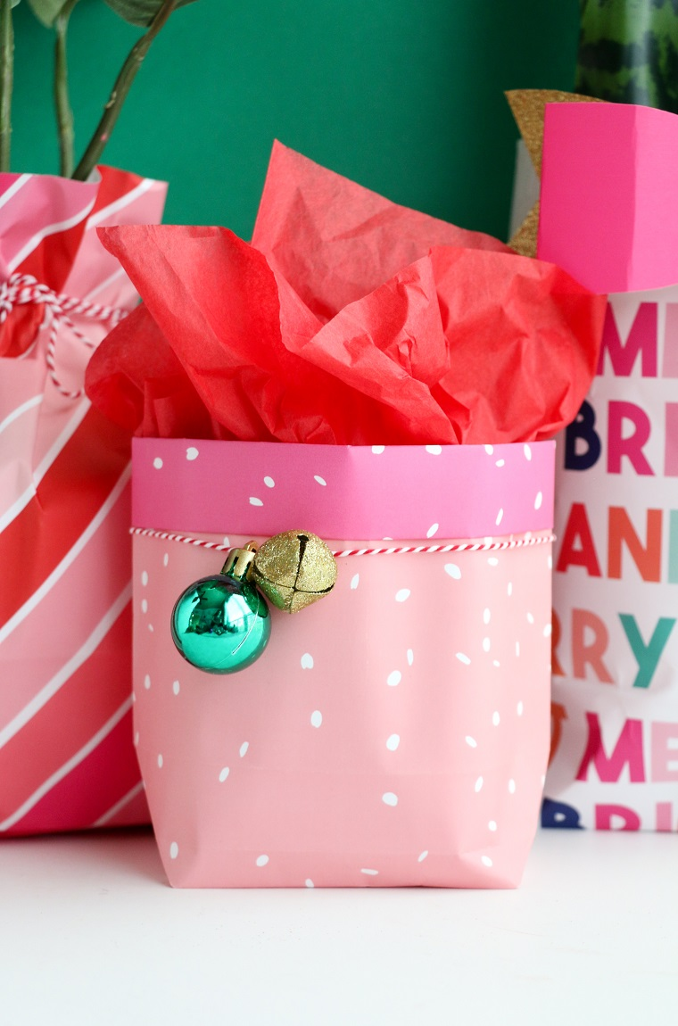 Cosa regalare alla mamma per Natale, sacchettino di regalo fai da te, decorazione sacchettino con palline
