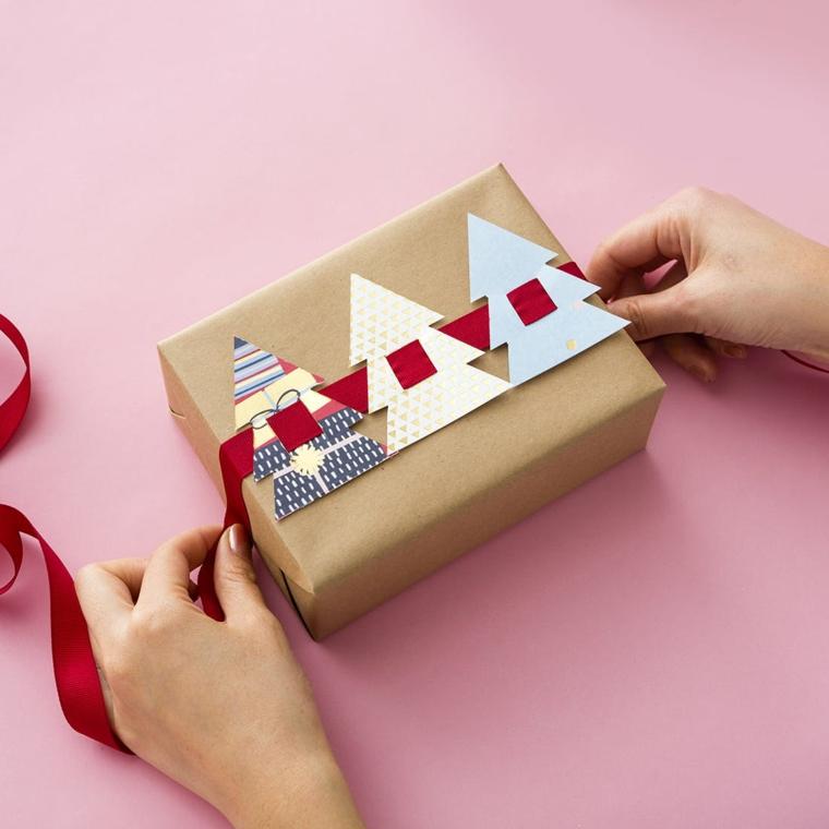 Incartare un regalo natalizio, nastro con alberi di Natale, idee regalo uomo 50 anni