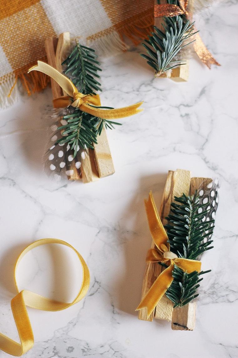 Palo santo decorato con rametti, nastro di velluto giallo, idee regalo per fidanzata