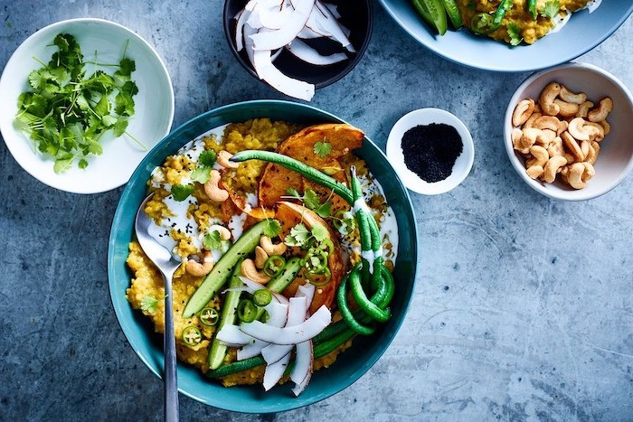 Cosa cucino oggi, patate dolci con verdure, cetrioli tagliati a fette sottili, ciotole con ingredienti