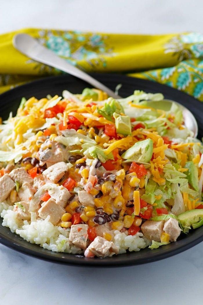 Idee per cena veloce e leggera, risotto bianco con pollo, insalata di pollo con avocado