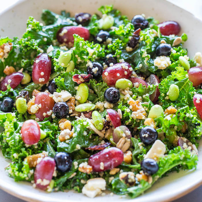 Idee per cena veloce e leggera, insalata con olive, insalata con fagioli, piatto con lattuga