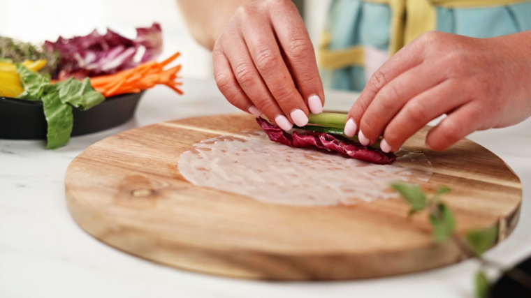 Avvolgere le verdure nella carta di riso, piatto con verdure tagliati sottili