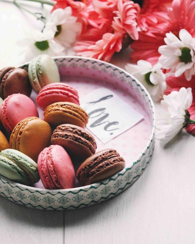 Piatto con biscotti francesi, macarons colorati, regali originali per lei, fiori finti colorati