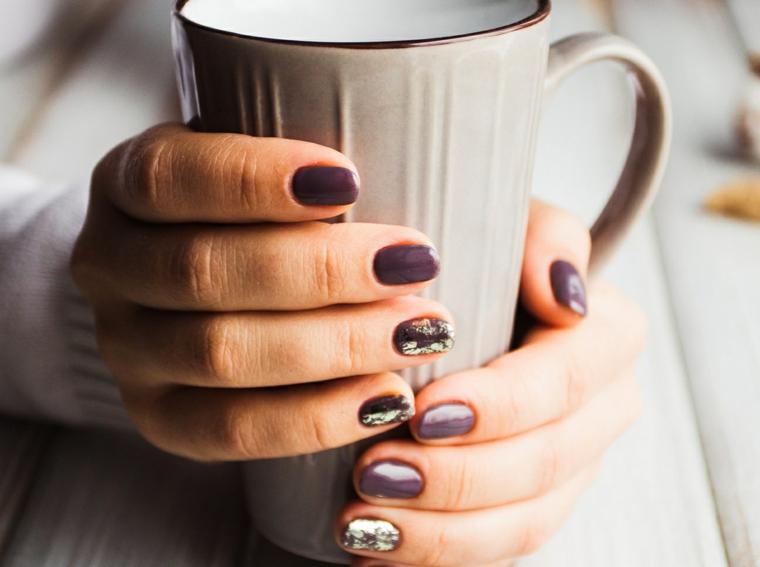 Smalto colore viola, accent nail colore argento, unghie a mandorla, nails natalizie