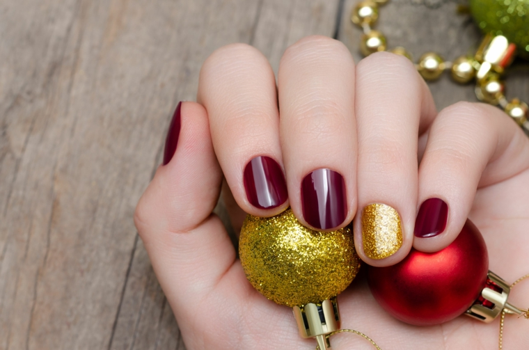 Smalto di colore bordeaux, palline natalizie glitter, accent nail oro effetto sugar, unghie gel natalizie