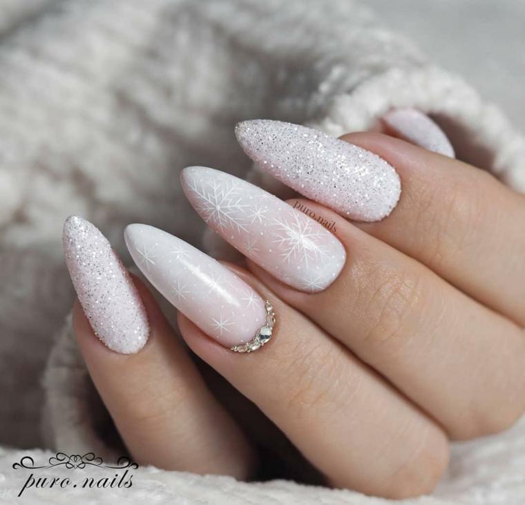 Unghie forma mandorla, smalto bianco effetto sugar, unghie gel semplici, decorazione manicure con brillantini