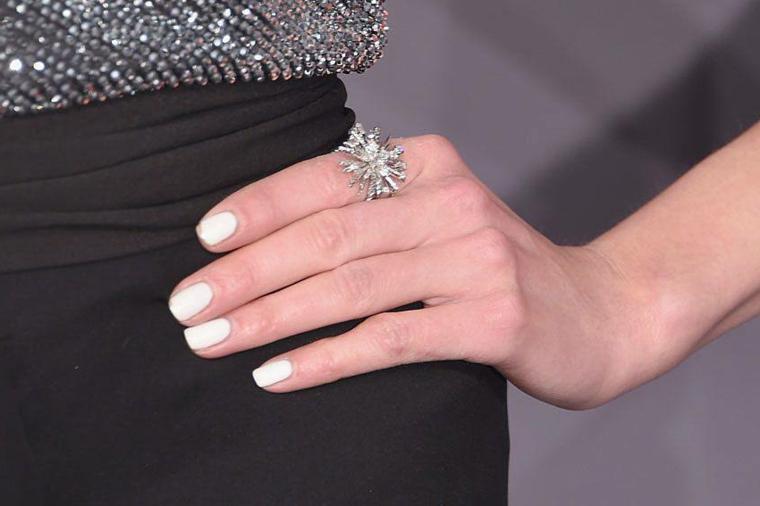 Smalto per unghie colore bianco, anello forma fiocco di neve, nails natalizie