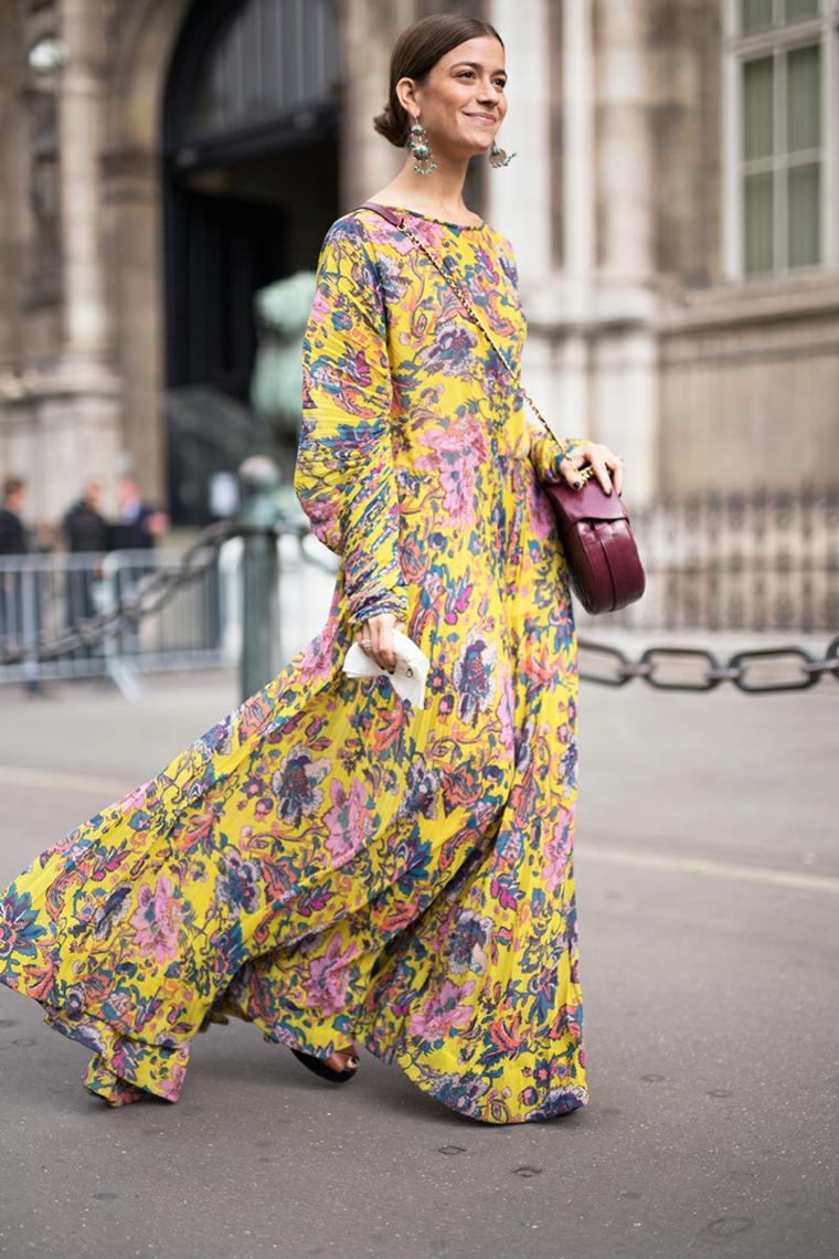 Abiti floreali lunghi, vestito a manica larga, donna che cammina, capelli castani raccolti chignon