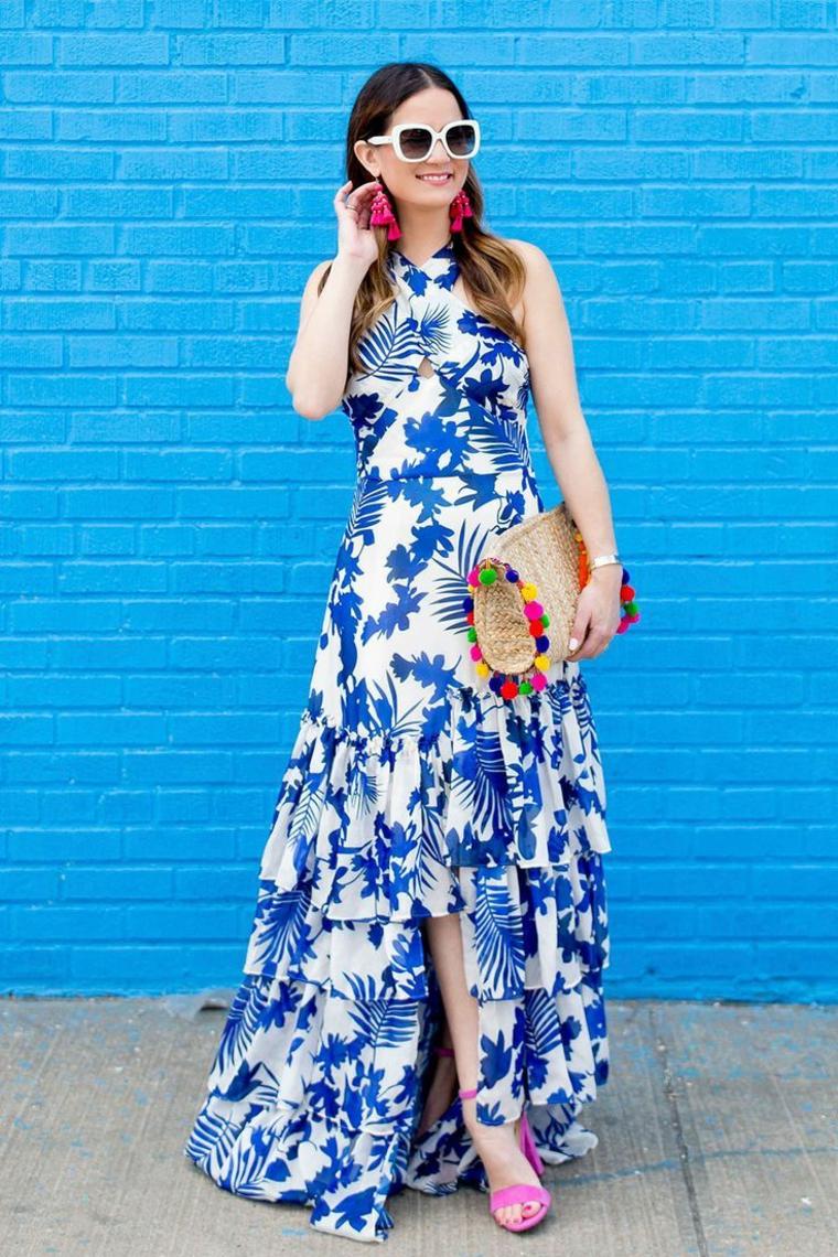 Abito bianco e blu, vestito con motivi floreali, borsetta con pom pom, capelli castani mossi