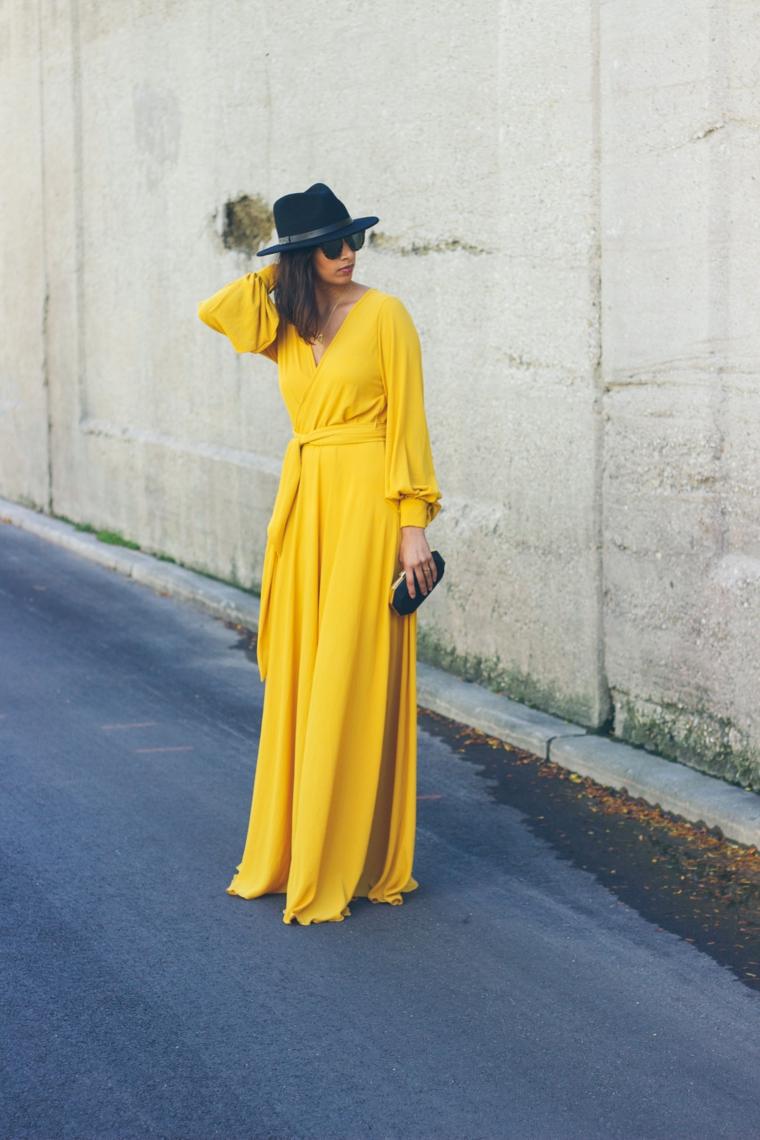 Vestiti lunghi eleganti economici, abito di colore giallo, donna con cappello, capelli long bob