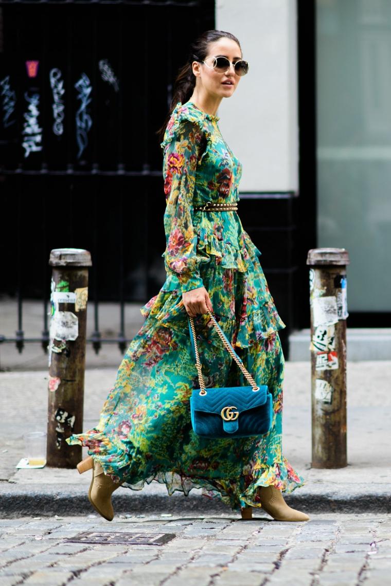 Vestiti lunghi eleganti economici, abito a manica lunga, borsetta blu Gucci, donna che cammina