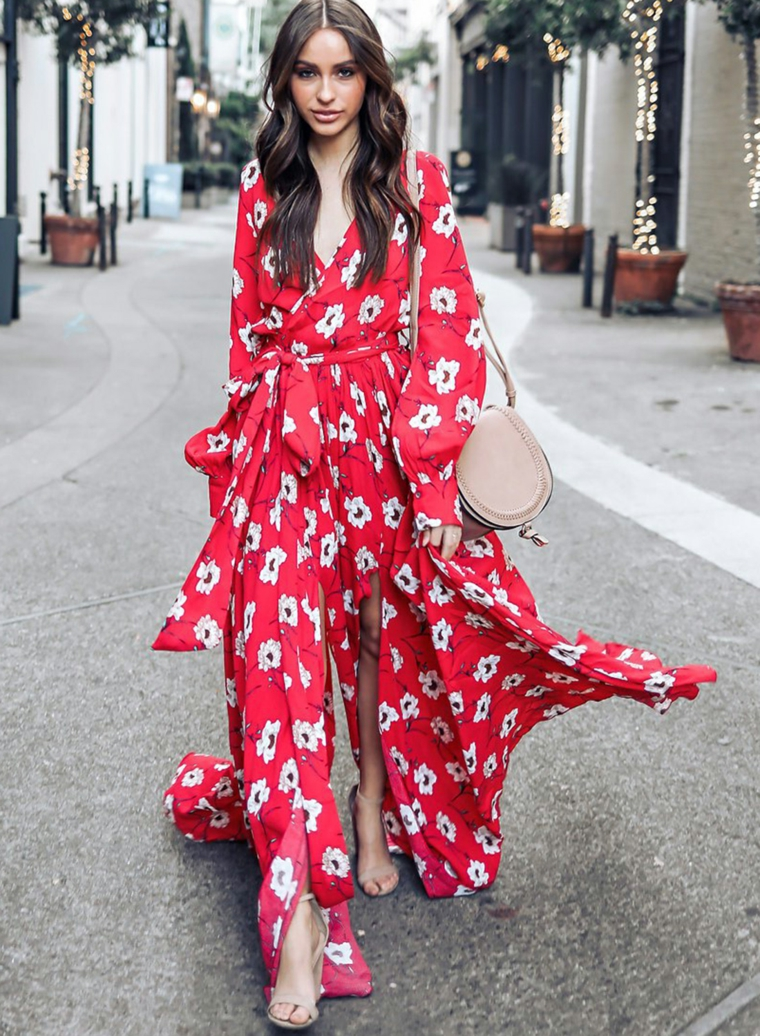 Abiti floreali lunghi, vestito con spacco, abito di colore rosso, donna con capelli ricci, donna che cammina