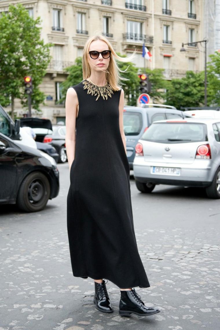 Abito nero lungo, vestito con gioiello, capelli biondi lisci, anfibie nere lucide