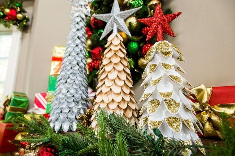 Mini alberi di Natale, albero di natale con cucchiai di plastica, rametti verdi di pino