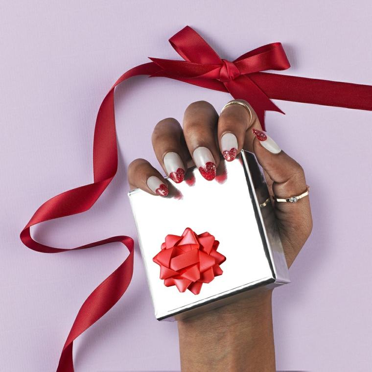 Unghie natalizie semplici, french manicure forma cuore, pacchettino regalo con fiocco