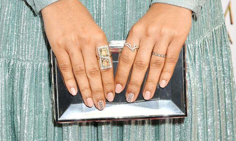 Smalto colore rosa lucido, unghie gel natalizie, anelli in oro bianco, borsetta argento lucido