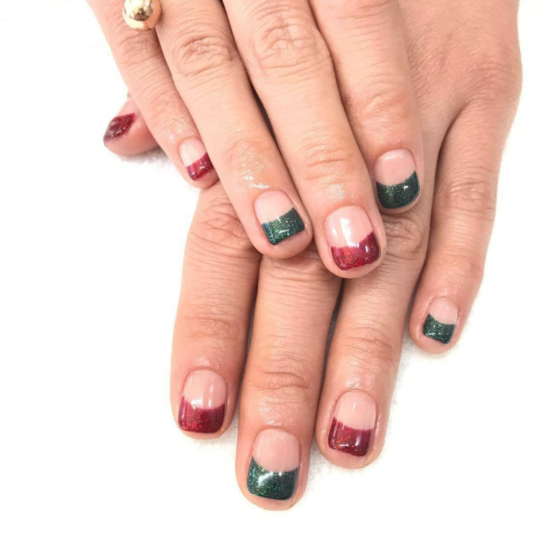 Unghie natalizie semplici, smalto di colore verde e rosso, french manicure per unghie corte