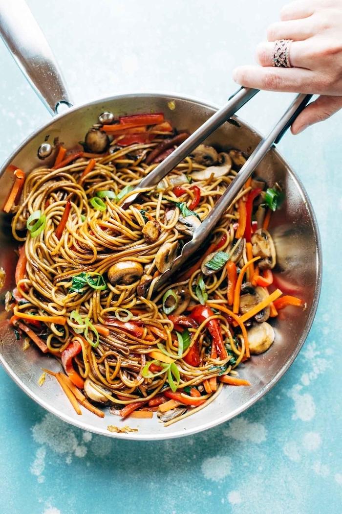 Padella con noodles e funghi, cena sfiziosa, noodles con peperone e basilico fresco