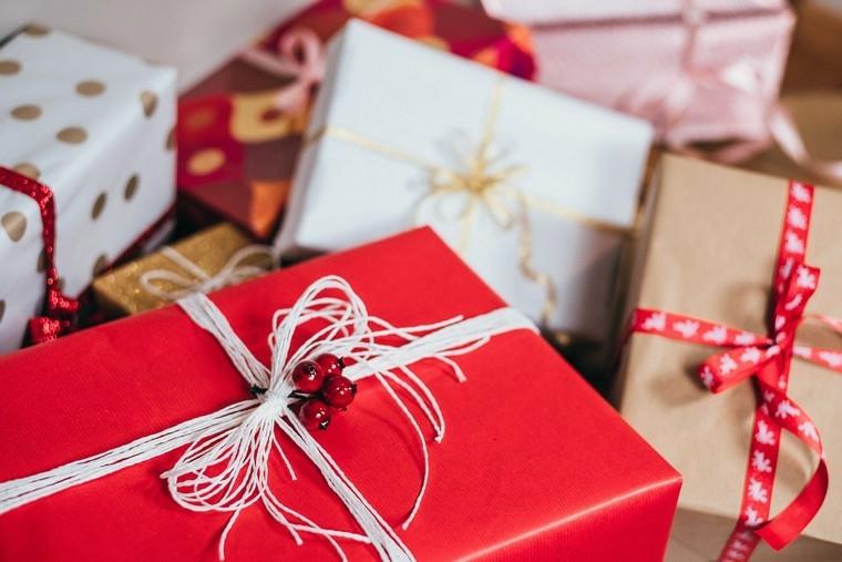 Scatola regalo incartato, decorazioni regalo con bacche e spago, idea incartare regali