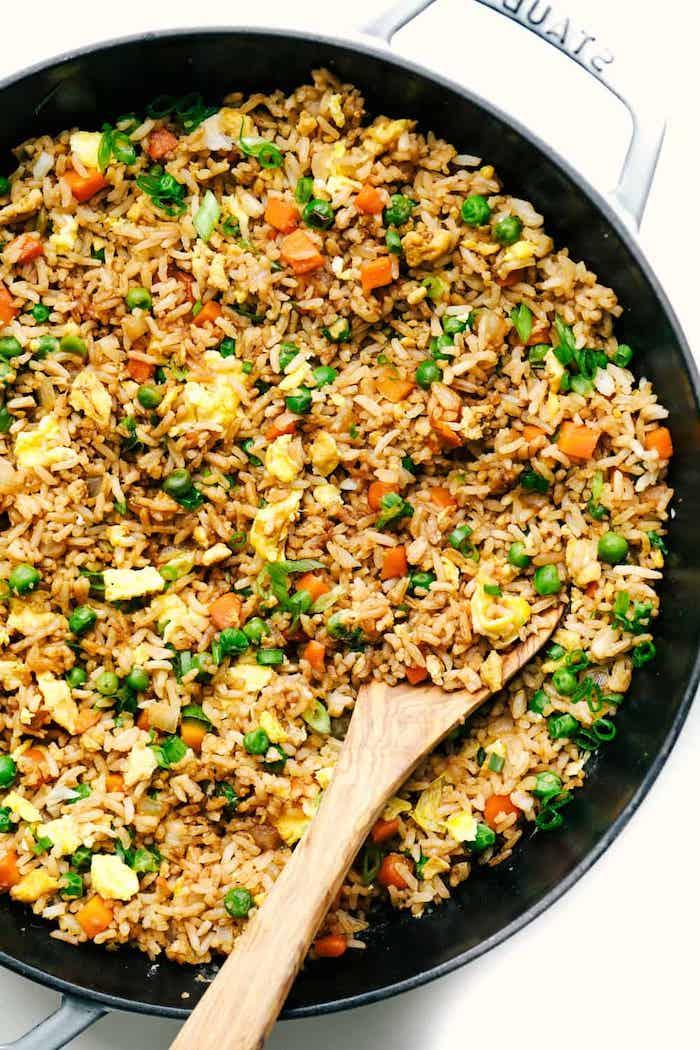 Padella con risotto alle verdure, idee per cena veloce e leggera, piselli e carote