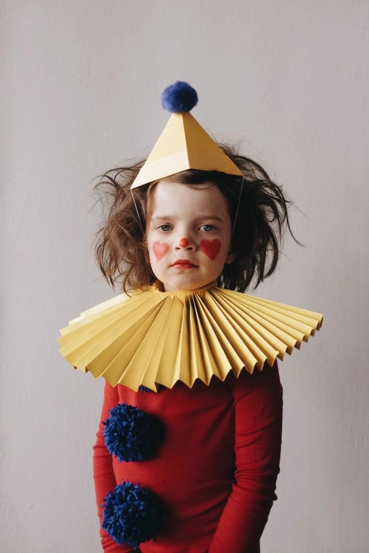 Vestiti carnevale per bambini, bimba travestita da pagliaccio, capellino di carta con pompom
