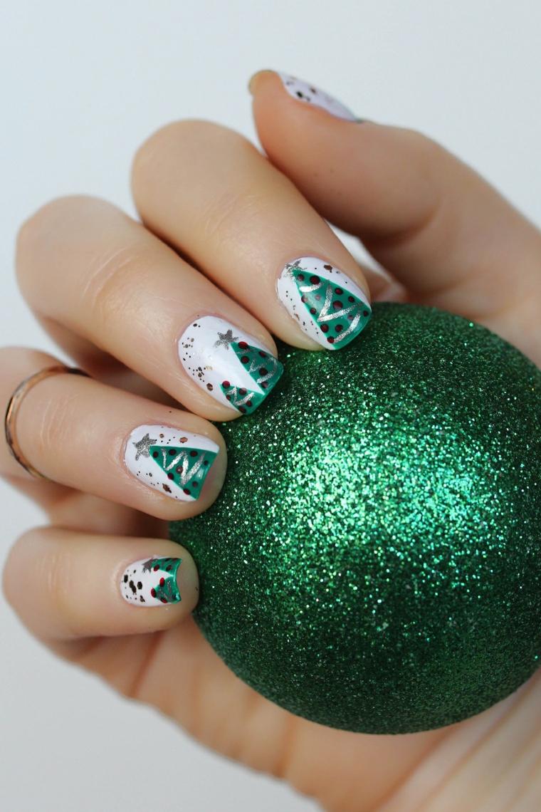 Nails natalizie, unghie colore bianco, disegno albero di natale, pallina verde glitter