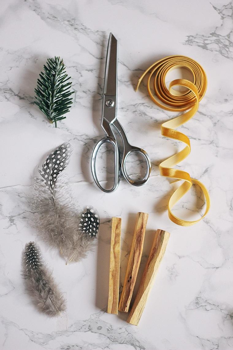 Idee regalo per fidanzata, materiali per regalo, nastro di velluto giallo, palo santo incenso profumato