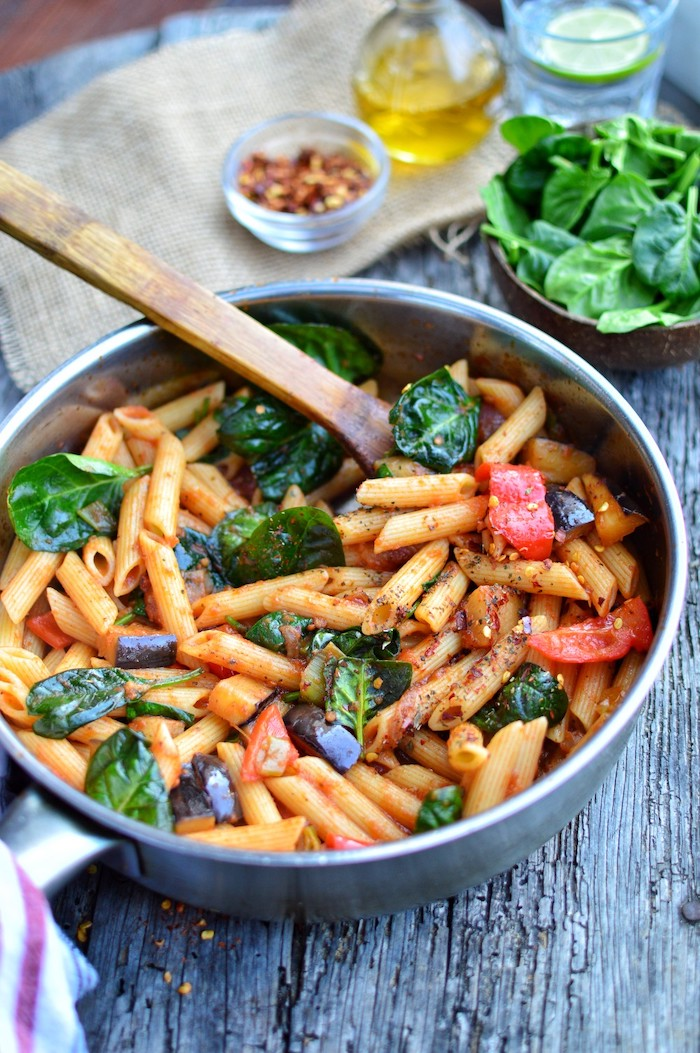 Padella con pasta, penne al pomodoro e spinaci, ricette facili per cena, ciotola con spinaci