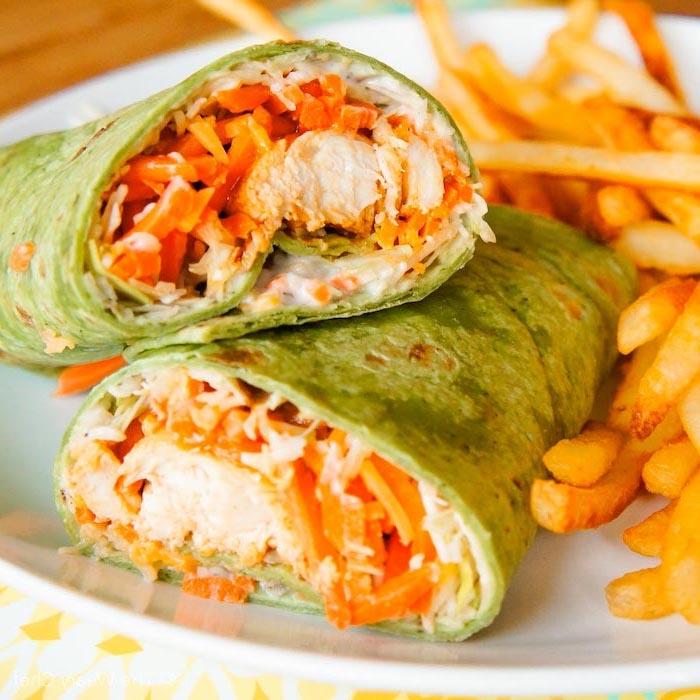 Tortillas con pollo e carote, idee per cena leggera, piatto con patatine fritte