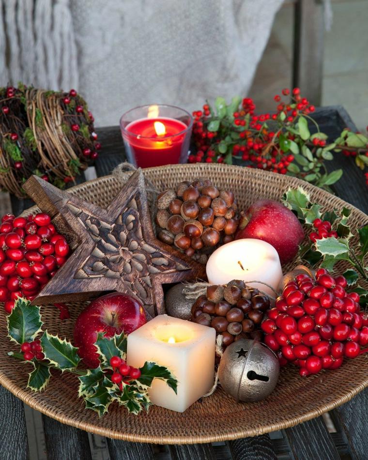Idea regalo con candela, decorazioni natalizie, bacche rosse, palline natalizie colorate