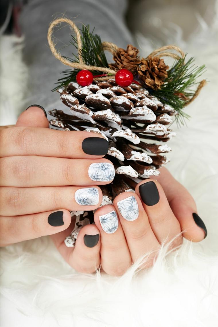 Unghie natalizie semplici, smalto colore nero mat, pigna decorata con bacche, smalto bianco effetto marmo