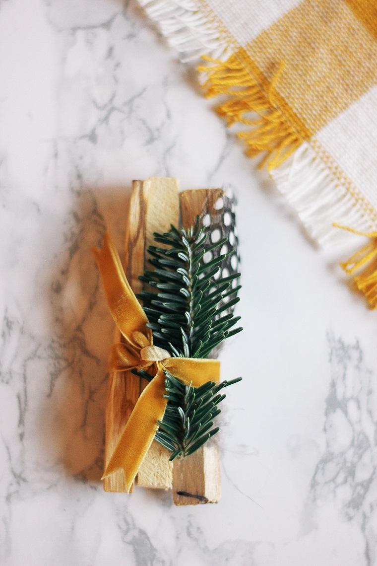 Cosa farsi regalare a Natale, incenso di palo santo, regalino decorato con rametti e piume