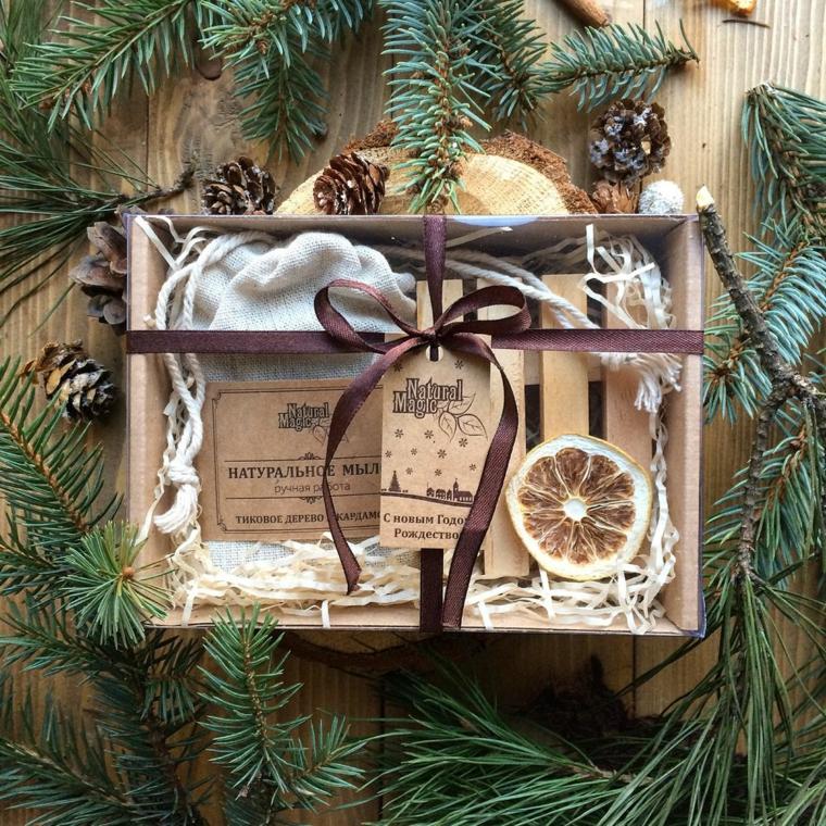 Regalini natalizi, scatola regalo con calze, regalo calze di lana, rametti e pigne