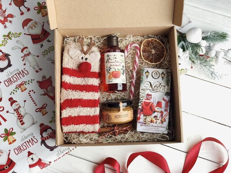 Regali originali per lui, scatola con regalo natalizio, calze morbide di renna, nastro colore rosso