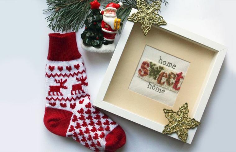 Regali per fidanzato natale, calze di lana con motivi natalizi, rametti verdi con addobbi