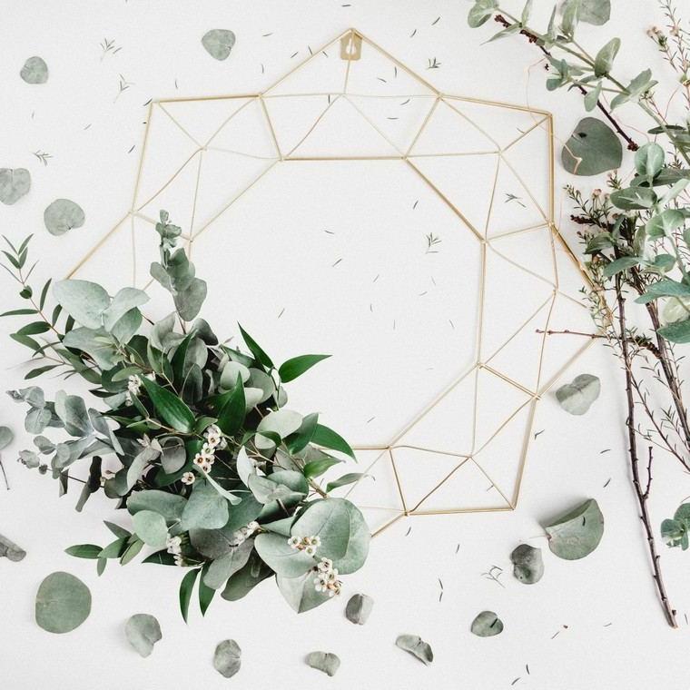Decorazione da parete, addobbi natalizi, pianta con foglie verdi, parete bianca