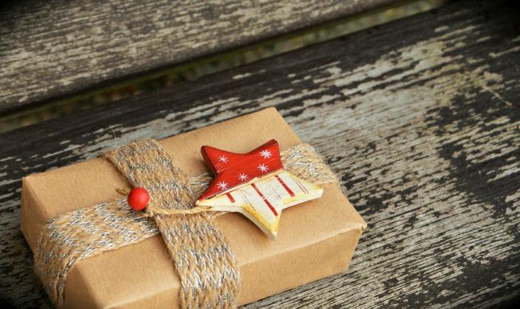 Scatola regalo decorata, stella e spago colorato, tavola di legno, regalo per donna