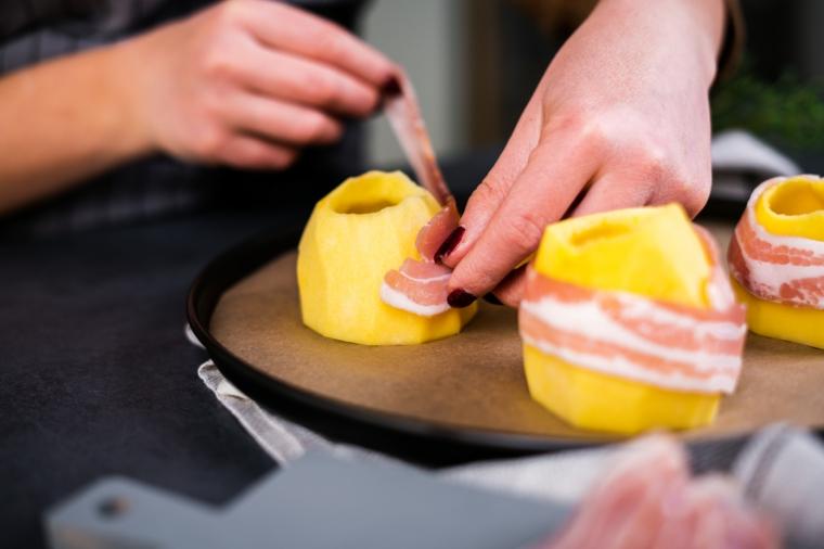 Ricette facili con patate, patate tagliate e sbucciate avvolte in fette di bacon