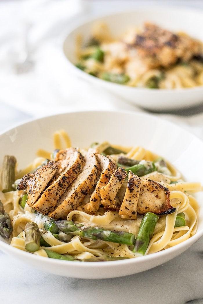Tagliatelle con petto di pollo, tagliatelle con asparagi, piatto di pasta per cena
