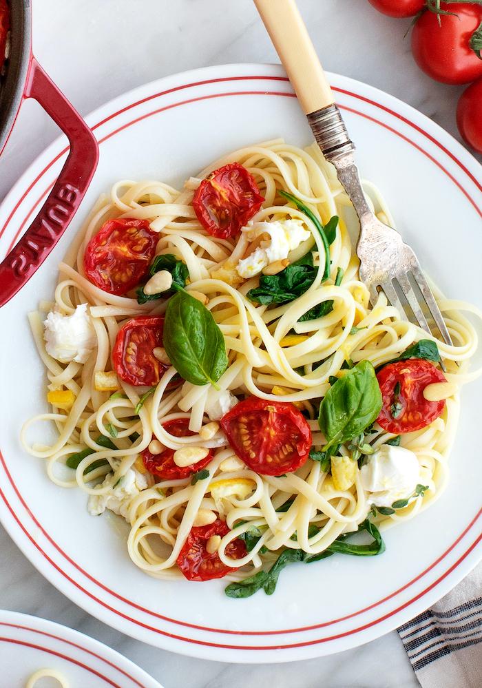 Linguine al pomodoro, cena leggera invernale, piatto con linguine, pomodorini e foglie di basilico