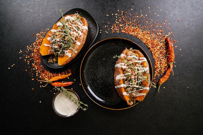 Cena leggera invernale, patate dolci al forno, patate ripiene con quinoa, polvere di peperoncino rosso