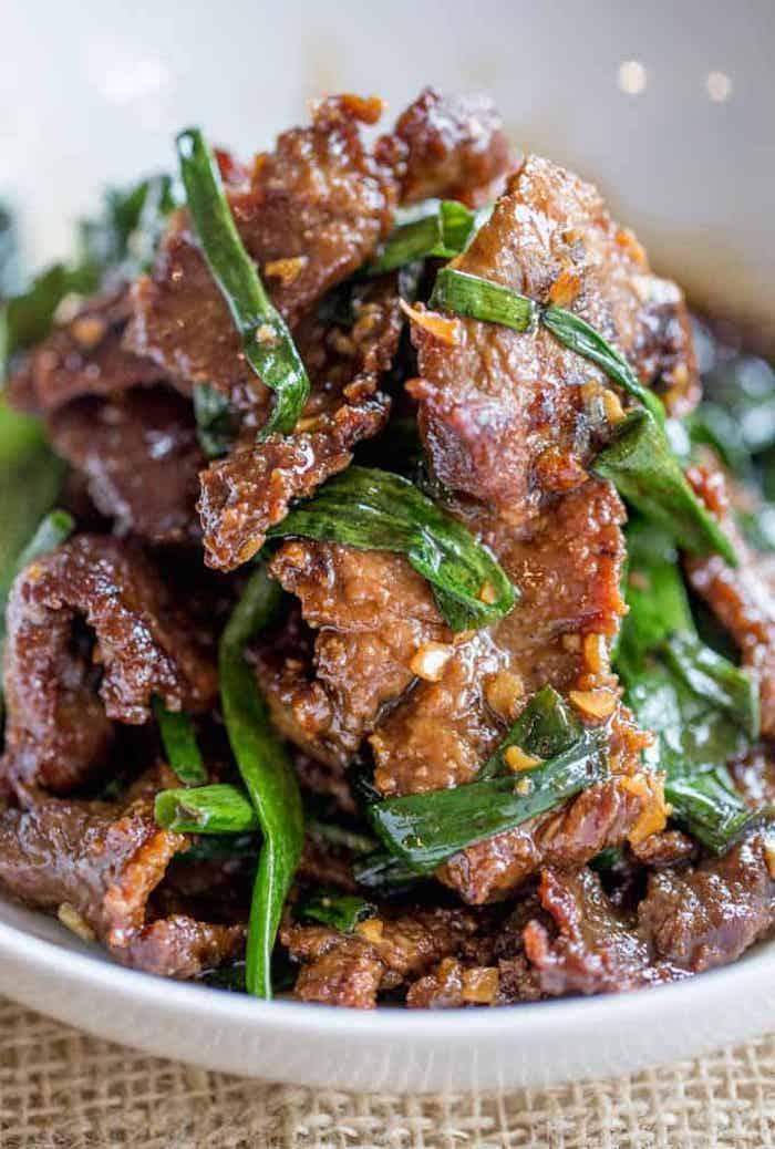 Carne di manzo, cipolla verde rosolata, piatto con carne, idee per cena veloce e leggera