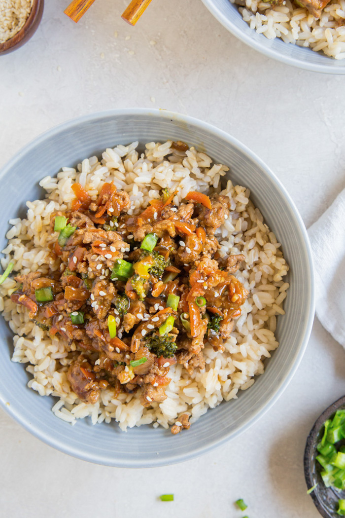 Idee per cena leggera, piatto con riso e tacchino, carne in salsa teriyaki