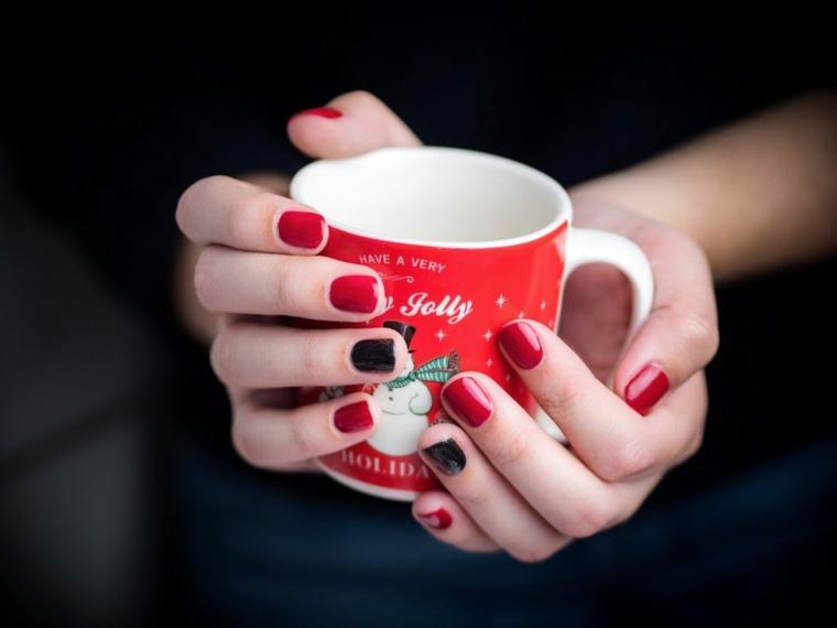 Unghie natalizie semplici, tazza di Natale, smalto rosso e nero, manicure corte arrotondate